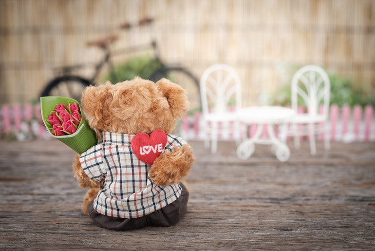 Tedy bear holding roses and heart